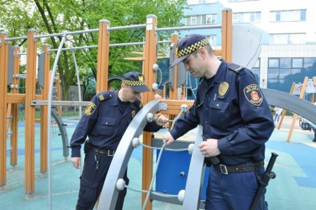 Do zadań strażników należy m.in. kontrola placów zabaw