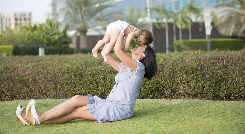 Urlopy rodzicielskie na topie. Korzysta z nich coraz więcej osób