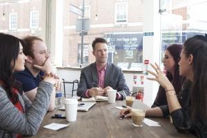 Dobra komunikacja w firmie to lepsza ocena pracowników