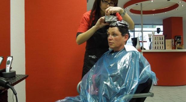 Tłumy u kosmetyczek i fryzjerów; zakłady działają kilka godzin dłużej
