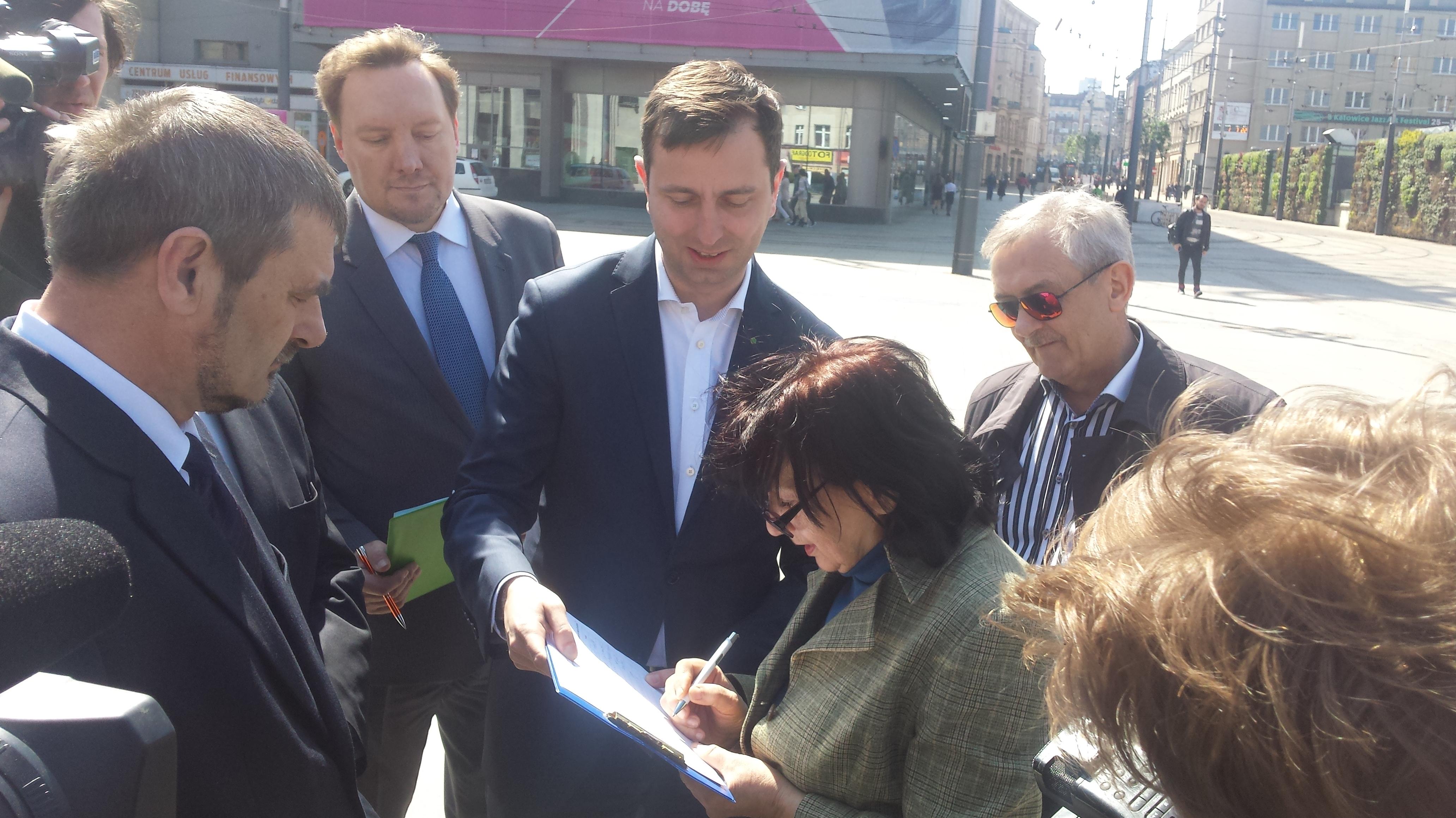 Władysław Kosiciak-Kamysz zbiera podpisy pod projektem obywatelskim w Katowicach. (fot. MN)