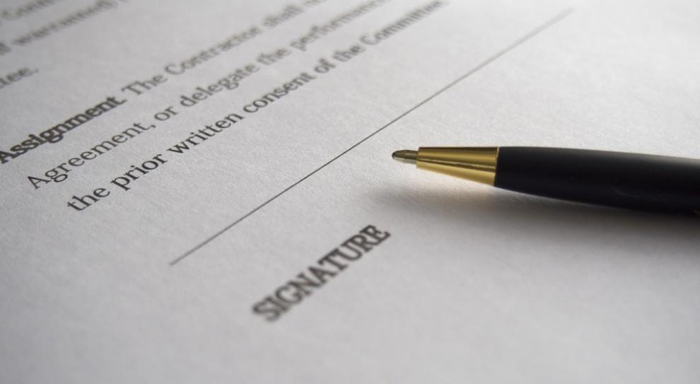 Szefowie zabraniają im poprawnie pisać?