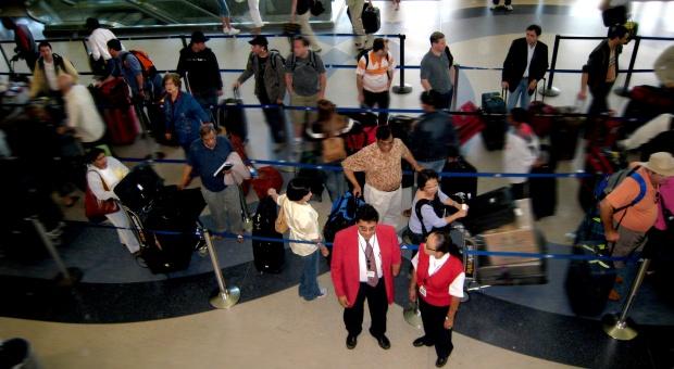 Migracja zarobkowa: Co drugi Polak myślący o emigracji nie pracuje