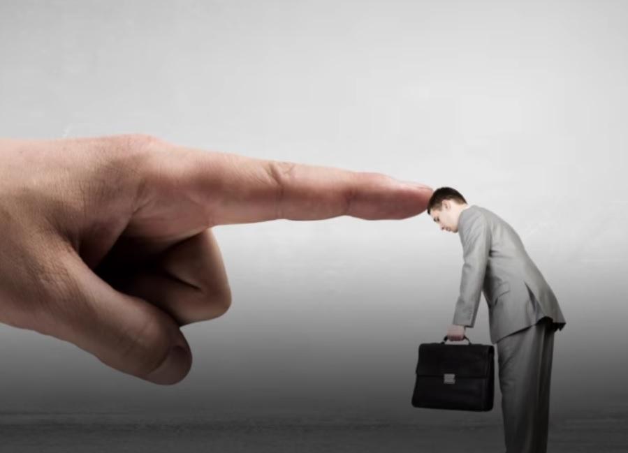 Gracz wciela się w rolę nieznośnego szefa, który uprzykrza życie pracownikowi (fot.screen z gry