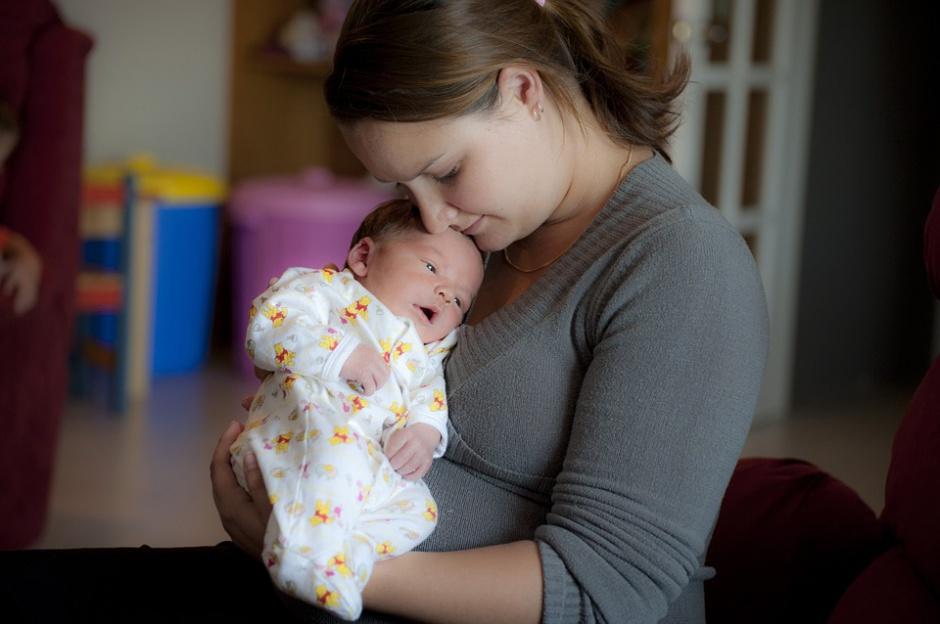 Urlop macierzyński i rodzicielski, ciąża, karmienie piersią: Jakie uprawnienia przysługują pracującym matkom?