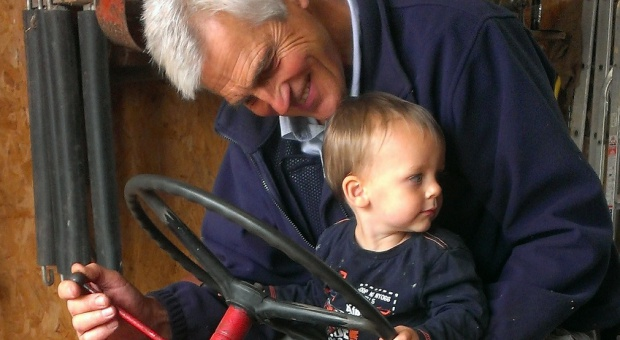Emeryci rozdają pieniądze dzieciom i wnukom