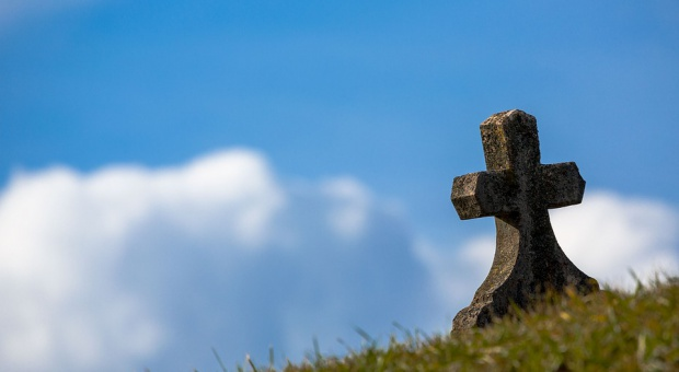 Grabarze rywalizowali w kopaniu grobów na czas