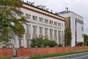 Oto 7 niepublicznych uczelni w Polsce. Po których zarabia się najwięcej?