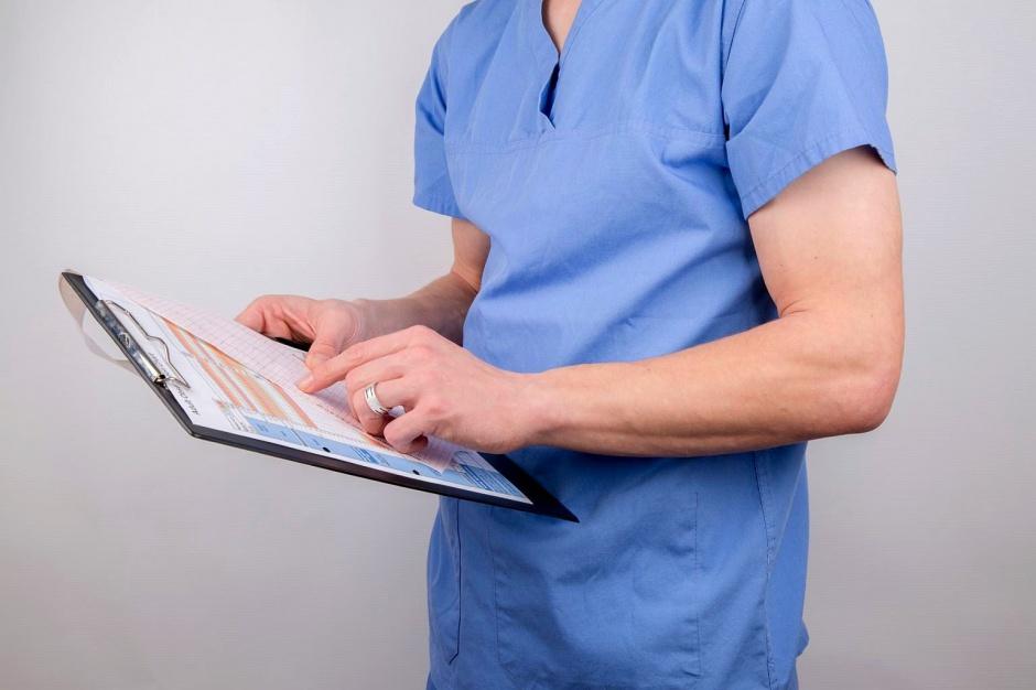 Lekarz, praca, zarobki: Ile zarabia lekarz ze specjalizacją, ile bez specjalizacji, a ile ordynator?