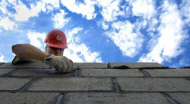 Państwowa Inspekcja Pracy, kontrole: Budownictwo i handel zatrudnia na czarno