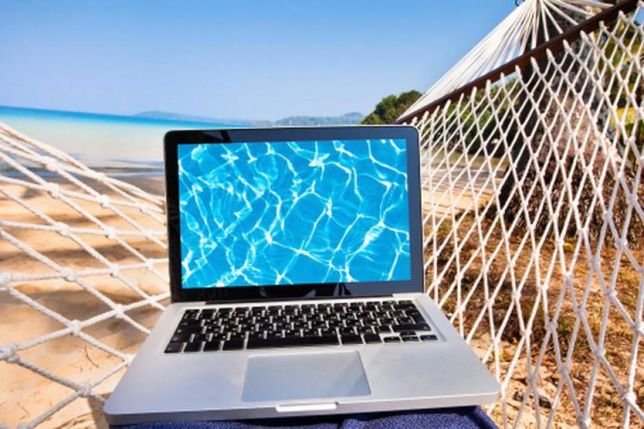 Komputer nie ma prawa bytu podczas wakacji (fot. shutterstock)