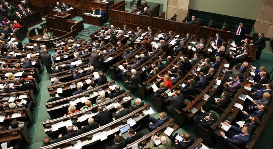Stawka godzinowa 12 zł: Kluby parlamentarne są za