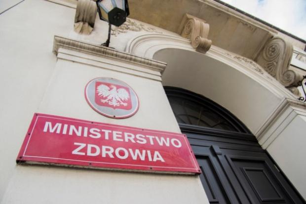 Przed budynkiem Ministerstwa Zdrowia pikietowała około stuosobowa grupa pielęgniarek i położnych (fot. Rynekzdrowia.pl)