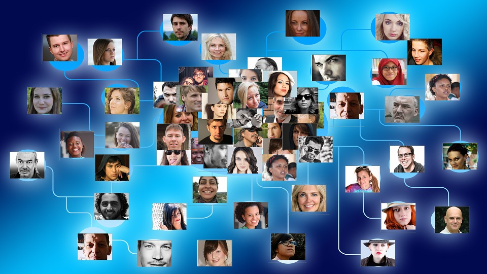 Pracownicy mogą tworzyć zarówno prywatne, jak i publiczne grupy dyskusyjne, dzięki którym zyskują możliwość omówienia istotnych dla firmy kwestii w dowolnym czasie i miejscu (fot.pixabay.com)