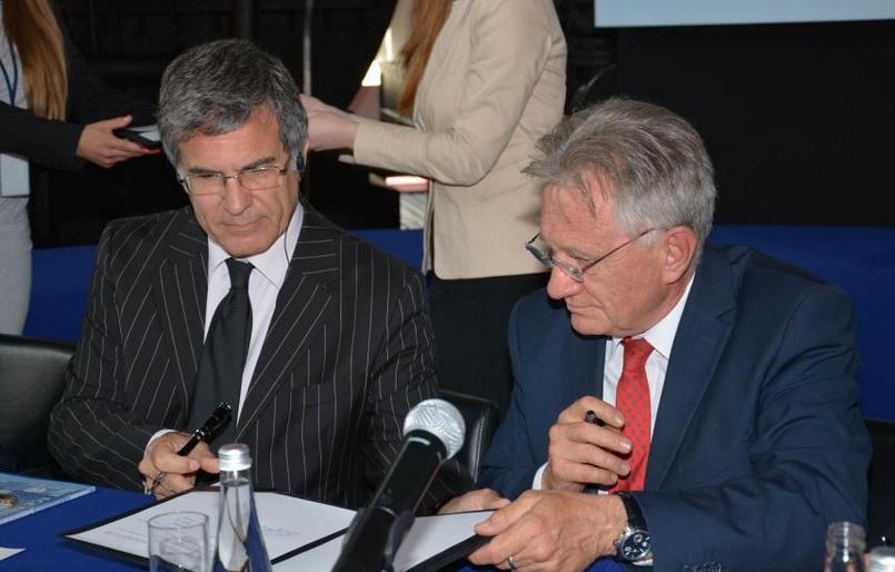 Scott Foster, dyrektor Działu Zrównoważonej Energii w UNECE i prezes PGNiG Piotr Woźniak podczas podpisania umowy (fot.mat.pras)