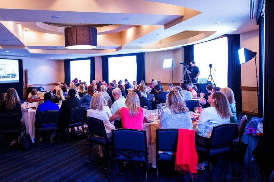 Prezentacje i konferencje w pracy: Jak pokonać tremę podczas wystąpień publicznych?