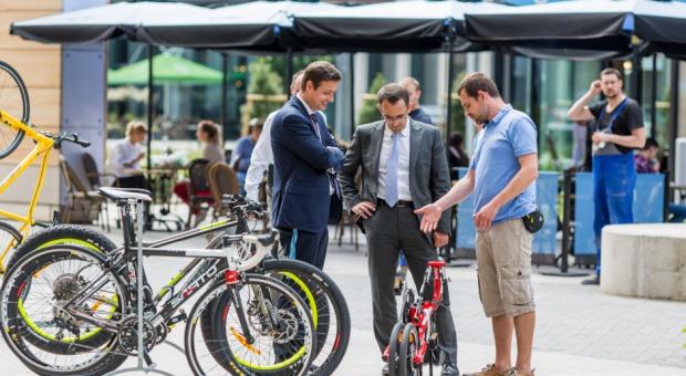 Rowerem do pracy: Firmy stawiają stojaki rowerowe i szatnie dla rowerzystów w biurach