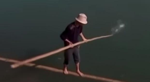 Chińczyk dociera do pracy na... bambusowym kiju