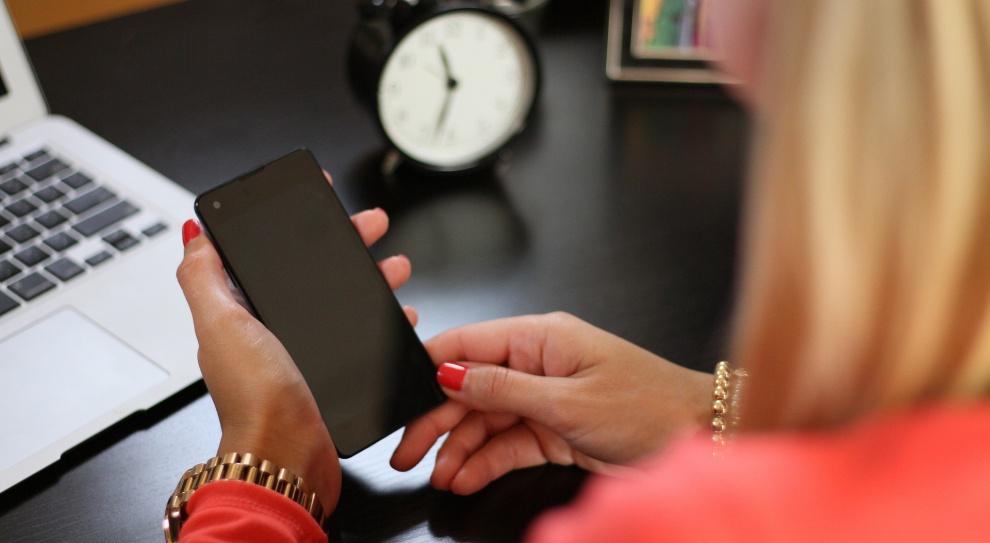 Dzień Bez Telefonu Komórkowego: Co pracownicy robią na smartfonach w biurze?