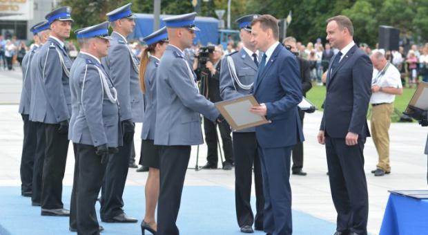 Policja: Funkcjonariusze policji dostali odznaczenia i awanse