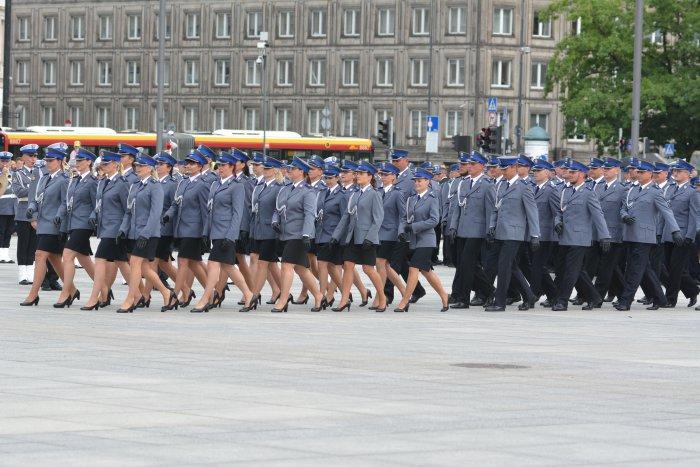 """Podczas uroczystości odznaczono w sumie 46 osób - w tym 18 prezydenckimi odznaczeniami - trzech policjantów krzyżami (srebrnymi i brązowym) i 15 """"za długoletnią służbę"""" (fot.mswia.gov.pl)"""