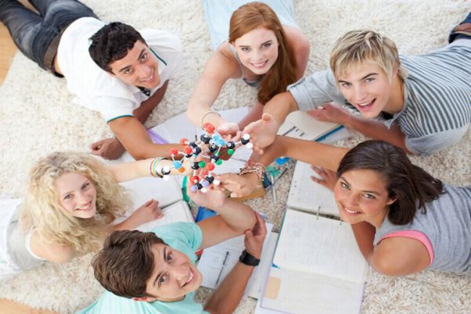 Firmy coraz chętniej zatrudniają absolwentów i inwestują w ich rozwój. (Fot. Shutterstock)