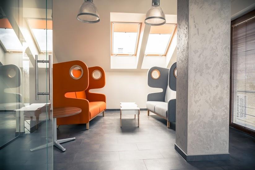 W firmie Tekniska Polska silny akcent wprowadzony przez pomarańczowy fotel Packman w stonowanym wnętrzu, nadaje mu niepowtarzalny charakter. (Fot. Mat. pras. Mikomax)