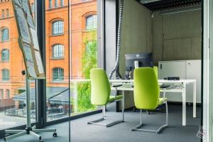 Nie tylko korporacje dbają o miejsce pracy. Oto trendy w aranżacji małych biur