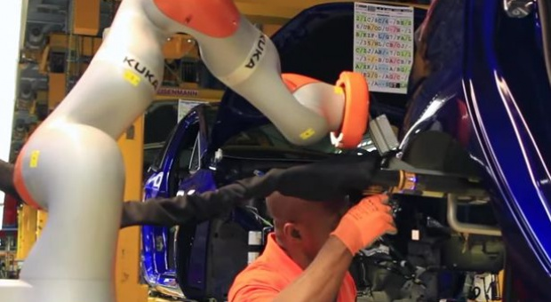 Roboty Forda współpracują z ludźmi. Montują amortyzatory i... parzą kawę