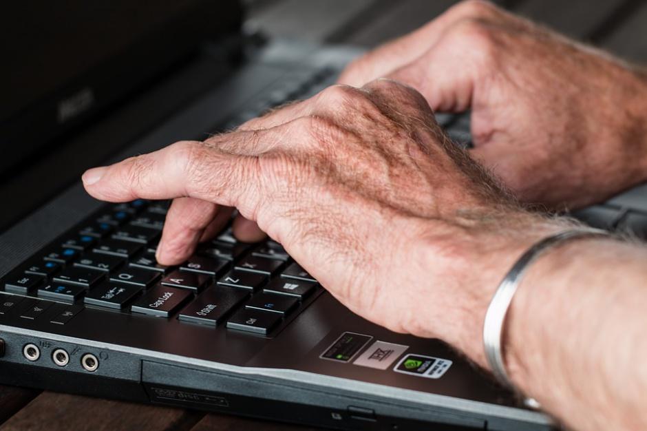 Współczesne, niezwykle szybkie i dynamiczne zmiany technologiczne mogą stanowić barierę dla osób w starszych na rynku pracy. (fot. pixabay)