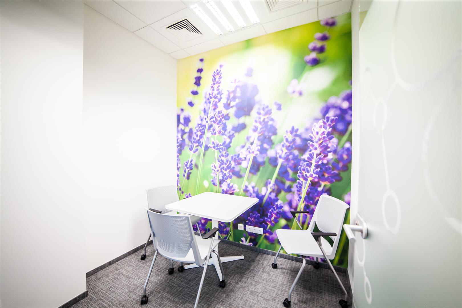 Ściany sal konferencyjnych w firmie AstraZeneca są ozdobione tapetami. (Fot. Mikomax)