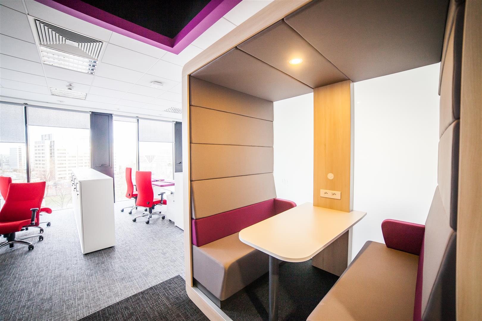 W firmie AstraZeneca wykorzystano m.in. system Chillout, czyli zestaw kanap i foteli o wysokich ściankach, które, dzięki izolacji akustycznej i optycznej. (Fot. Mikomax)