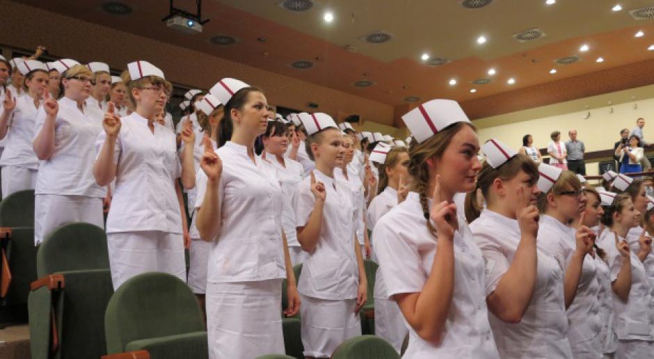 Studia pielęgniarskie wracają do łask. Czy jednak ich absolwenci zostaną w kraju?