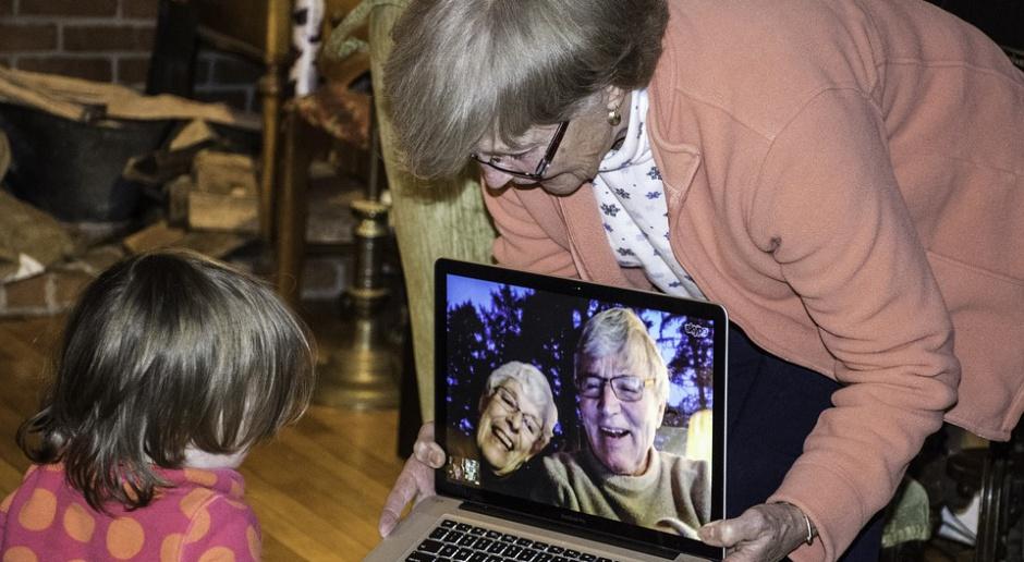 Większość Polaków po 50. wspiera budżety dzieci i wnuków