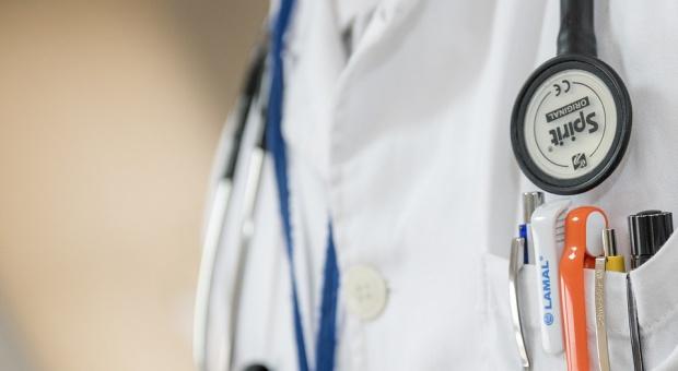Rezydenci apelują o zmianę przepisów dotyczących czasu pracy lekarzy oraz o wyższe wynagrodzenia