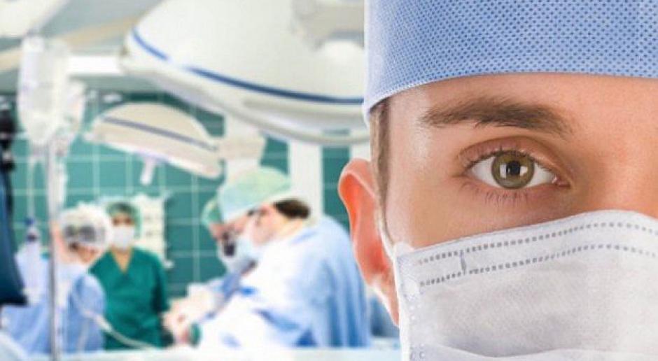 Czas pracy lekarzy: Rezydenci apelują o zmianę przepisów i podwyżki dla lekarzy