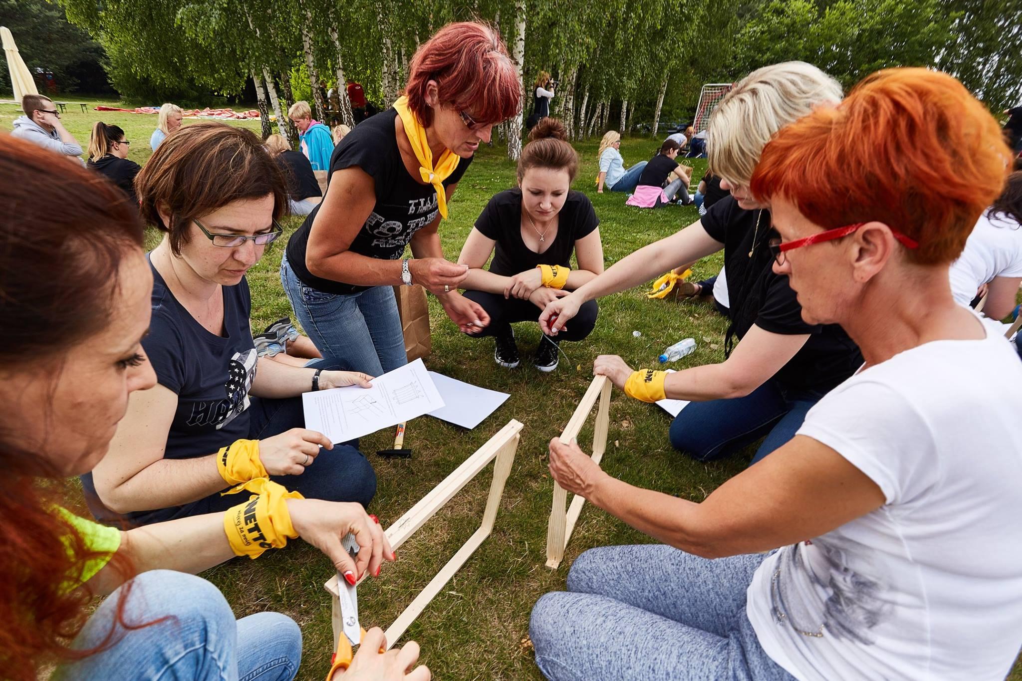 Drewniane ramki stanowią najważniejszą część ula. Trzeba je wymieniać raz na dwa lata. (fot. mat.pras.)