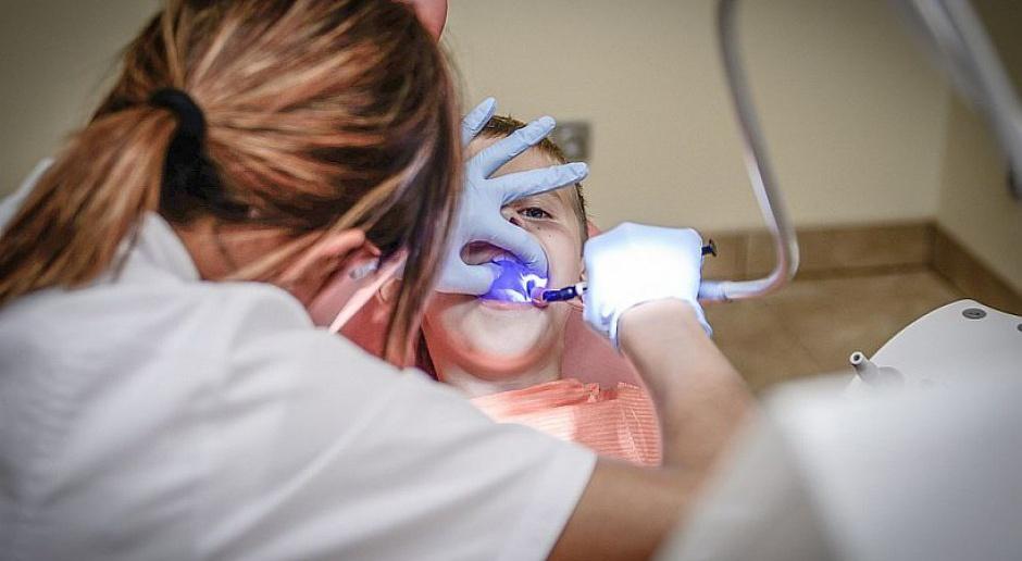 Dentysta będzie mieć przypisanych pacjentów i wynagrodzenie z NFZ? Ministerstwo ma plan