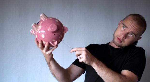 Oszczędności: Polacy nie oszczędzają bo ich na to nie stać. Mają za małe zarobki