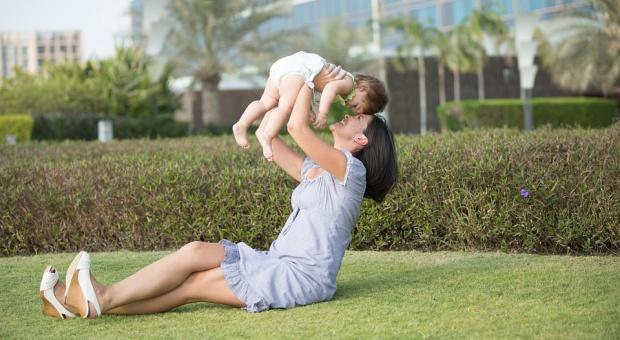 Kobiety, macierzyństwo: Matki zarabiają nawet jedną trzecią mniej i nie mają co liczyć na awans