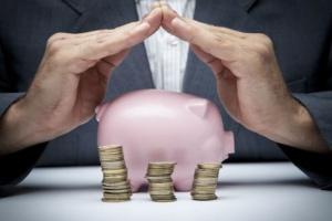 Polacy zamiast pomnażać pieniądze trzymają je w skarpecie