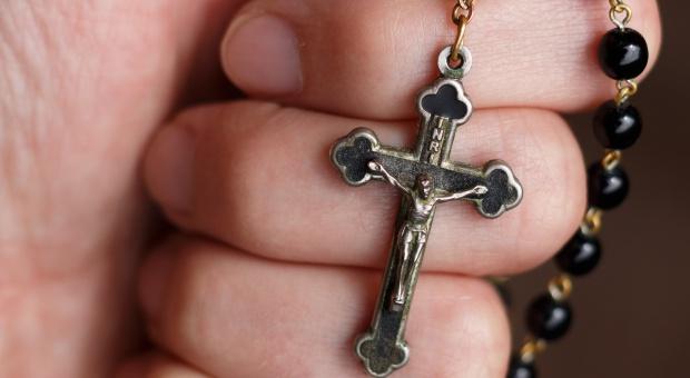 Przekoniania religijne w pracy: Dyskretne oznaki przekonań nie naruszają praw