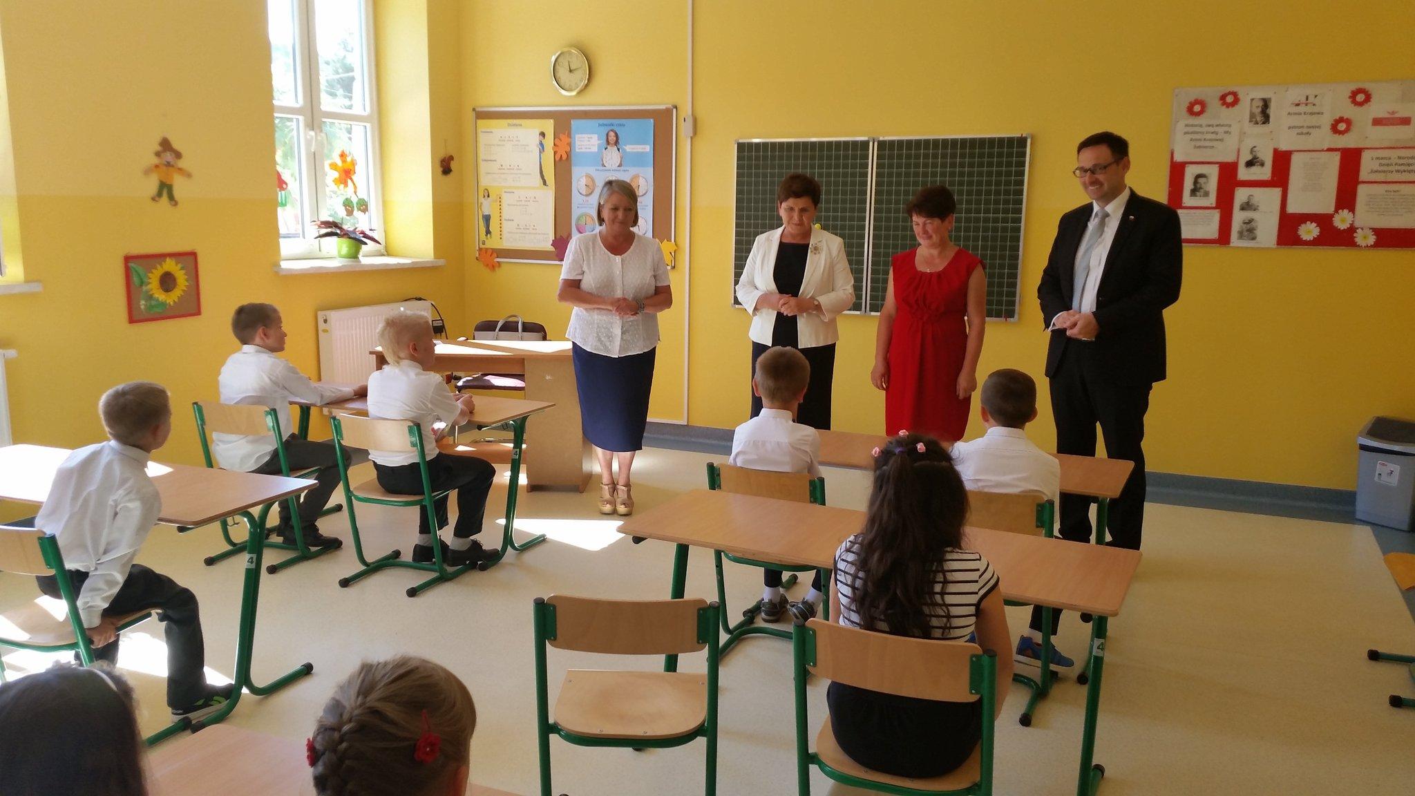Beata Szydło zaznaczyła, że szkole należy przywrócić funkcję wychowawczą (fot.twitter.com/PremierRP)
