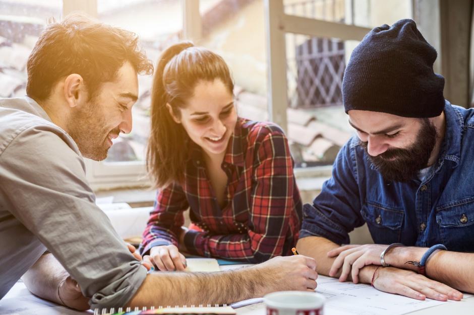 Przedstawiciele pokolenia Y i Z cenią indywidualizm, najchętniej pracują na własny rachunek, a jeżeli ktoś ich zatrudnia, chcą być partnerami, a nie podwładnymi. (Fot. mat. pras.)