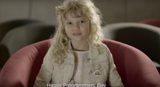 Przedszkolaki składają życzenia programistom