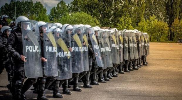 Emerytura dla mundurowych: Ministerstwo nie planuje zmian w systemie emerytalnym dla policjantów, wojskowych i straży
