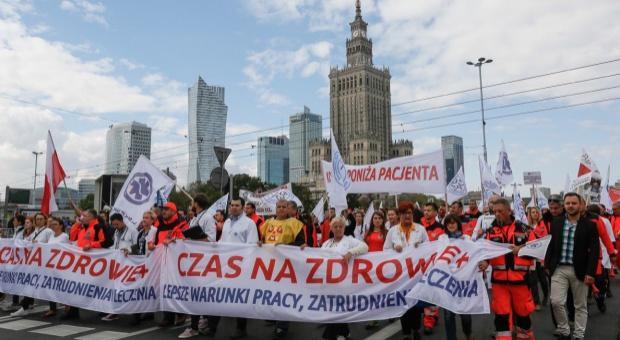 Manifestacja PZM zakończona: Uczestnicy apelują o spotkanie z premier Szydło ws. wynagrodzeń w służbie zdrowia