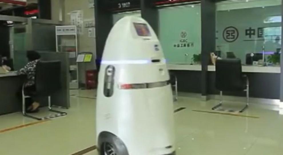 Roboty pracują na chińskim lotnisku. Pilnują bezpieczeństwa