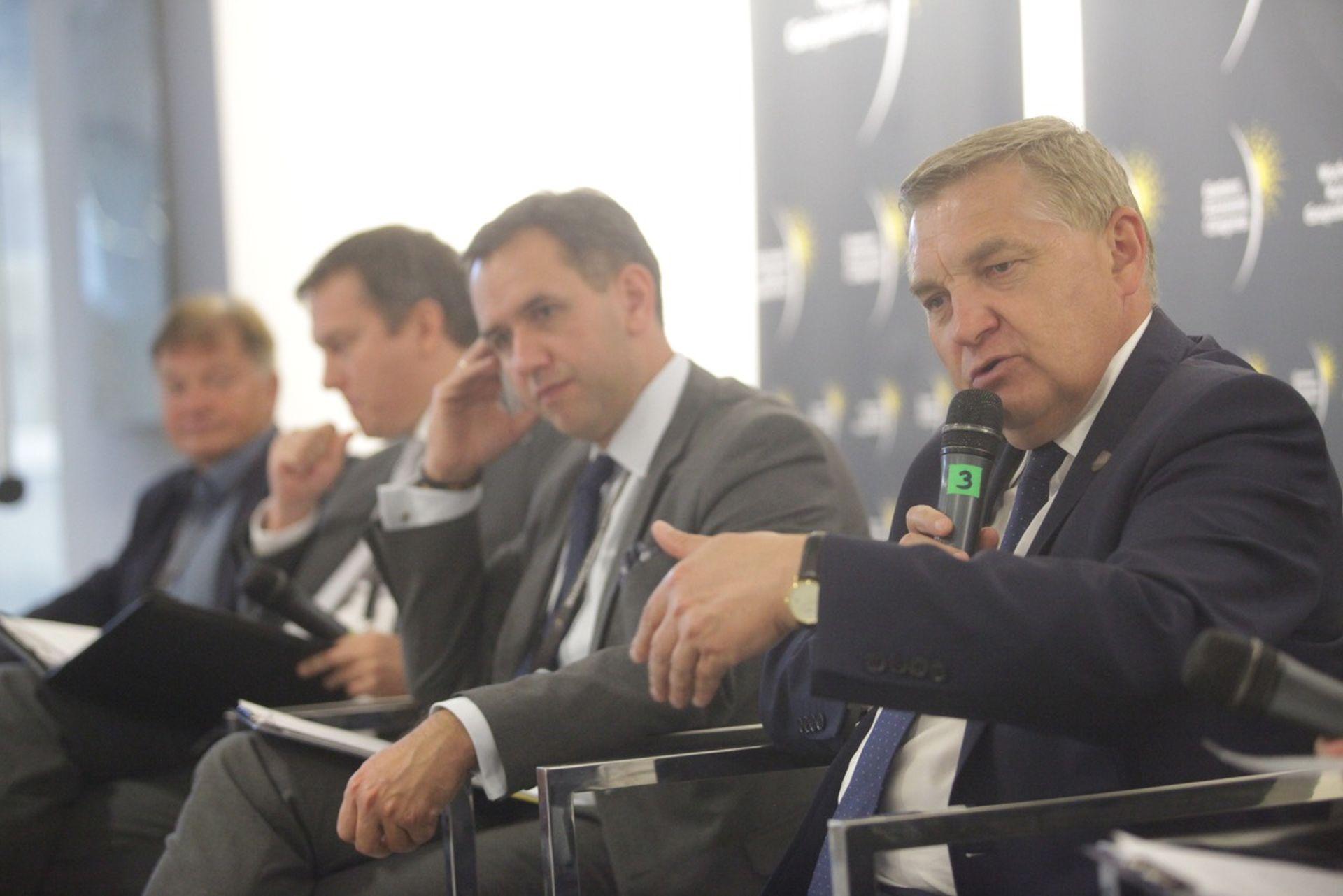Prezydent Białegostoku, Tadeusz Truskolaski przyznaje, że w najbliższych latach nie ma co marzyć o lotnisku regionalnym w stolicy Podlasia.Fot. PTWP
