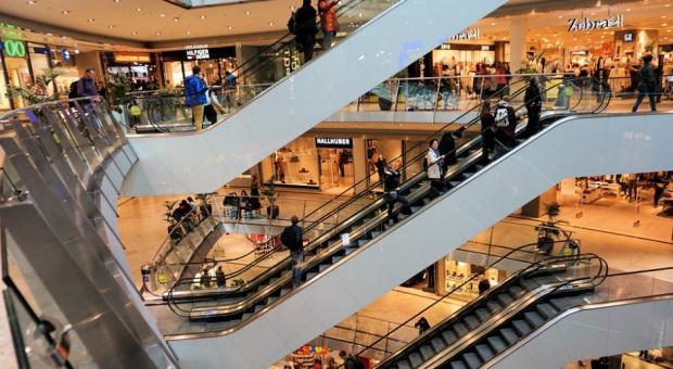 W centrach handlowych wciąż daleko do tłumów